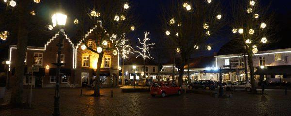 Een sfeervol verlichte Oirschotse markt, maar helaas geen gezellige schaatsbaan deze winter…